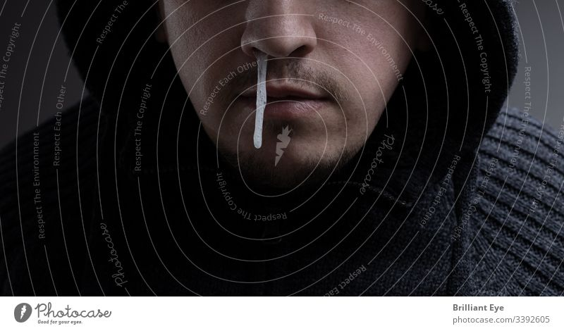 Nasenschleim einer männlichen Person tropft herunter. Konzept Grippe Gesicht laufende Nase ertragen Problematik Voraussetzung Symptom Entzündung zähflüssig