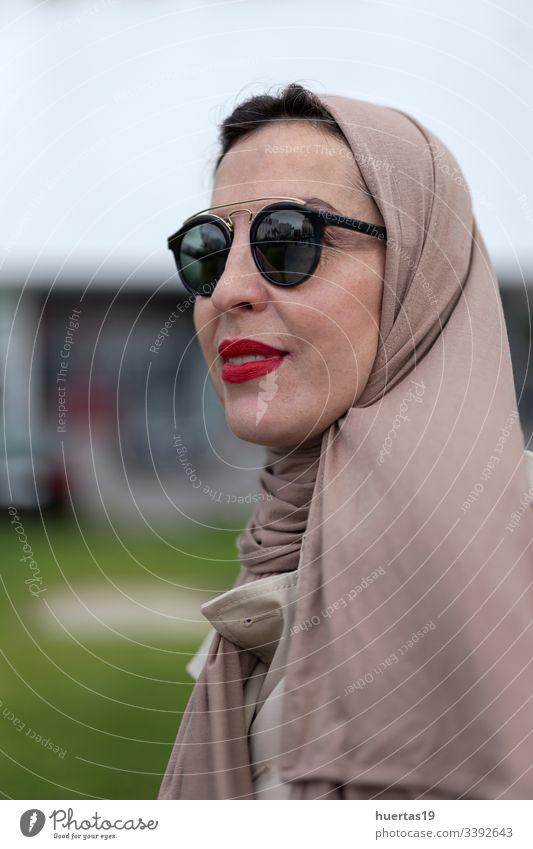 Arabische Frau mit Hidschab Selbsthilfe Hijab attraktiv Koffer muslimisch muslimische Frau Handy arabisch Gepäck Selfie Reisen: islamisch Reisender Ausflug