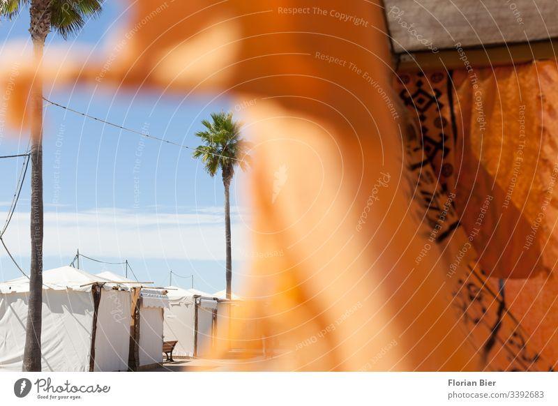 Geschlossener Marktplatz mit wehendem Tuch an einer Promenade Stand Zelt Abdeckung geschlossen Strukturen & Formen Palme Himmel Verhüllung Handel Verkauf leer