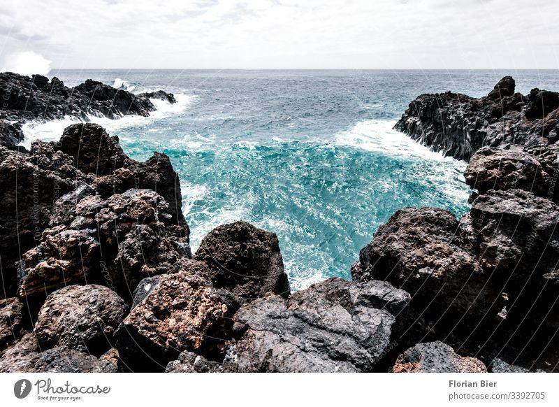Felsige Bucht mit starkem Wellengang Felsen Wasser gewaltig Meer Stein felsig rauh tief Küste Landschaft Klippe Natur Aussicht Freiheit malerisch