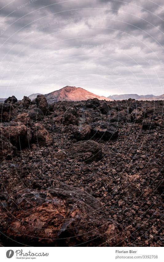 Vulkanisches Gestein und Vulkangebirge Gebirge Landschaft Natur Mondlandschaft Stein Wolkenhimmel Sonnenuntergang hart Berge u. Gebirge Menschenleer Umwelt Erde
