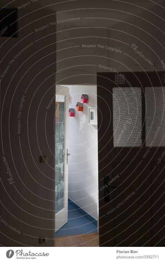 Wohnungsflur mit offenen Türen wohnen innen Innenaufnahme Domizil Glas Altbauwohnung Parkett Fliesen u. Kacheln Menschenleer Häusliches Leben Raum Sanieren Flur