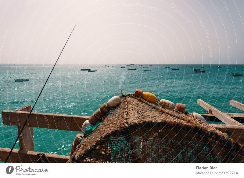 Angelplatz mit Fangkörben und Blick aufs Meer mit kleinen Booten Fischerdorf Angler Steg Angebot Verdienst Einkommen Wasser überleben Nahrungskette satt werden