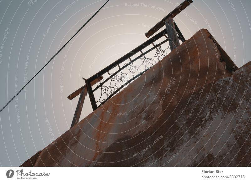 Altes Bett-Matratzen-Federkern Gestell auf einem Dach Müll entsorgung Gerümpel alt Federn Entsorgung Recycling abholen ökologisch Umweltverschmutzung gebraucht
