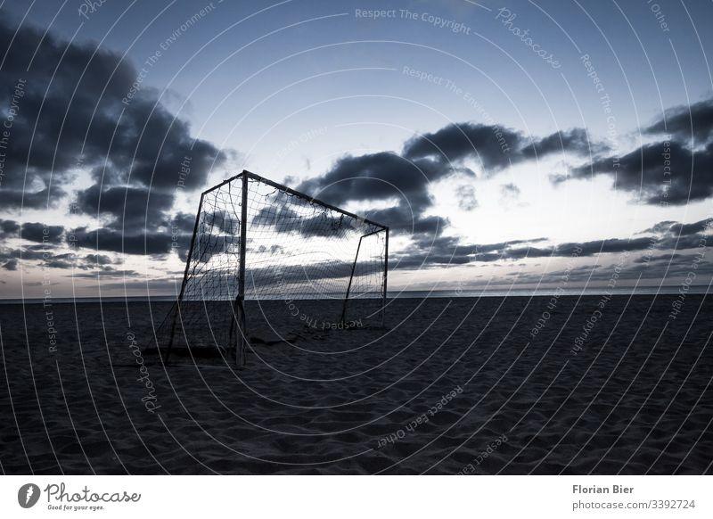 Fußballtor am Strand nach Sonnenuntergang Menschenleer Außenaufnahme Gedeckte Farben Farbfoto Ehrgeiz Beschäftigung improvisiert Spiel Afrika Stangen Gewinner
