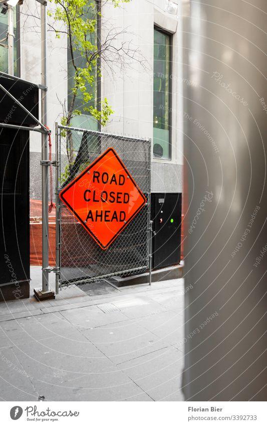 Baustelle mit Warnhinweis Zaun Warnschild Raute neon rot gesperrt Vorsicht Straße Durchgang urban Arbeit Hinweisschild Barriere Zeichen gefährlich Warnung