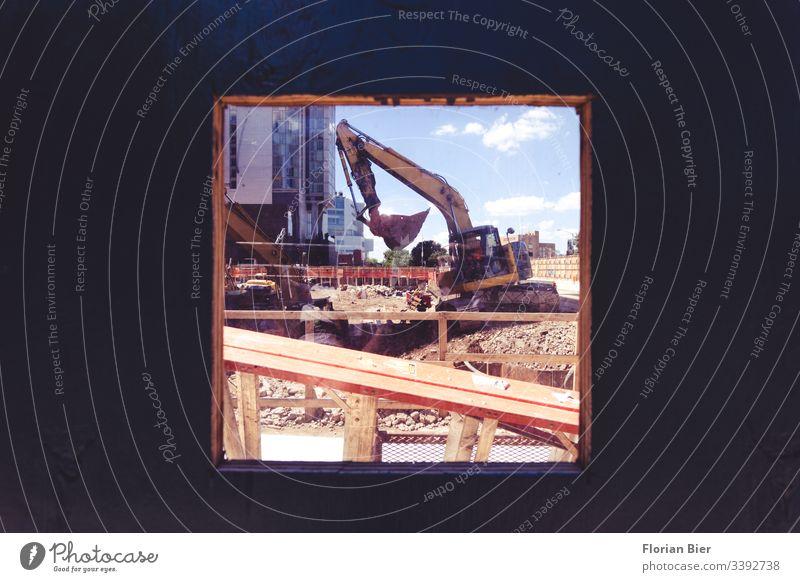 Blick durch einen Bauzaun auf eine Baustelle Bagger bauen arbeiten Beruf Handwerker Arbeit & Erwerbstätigkeit gelb Arbeitsplatz Werkzeug Wirtschaft