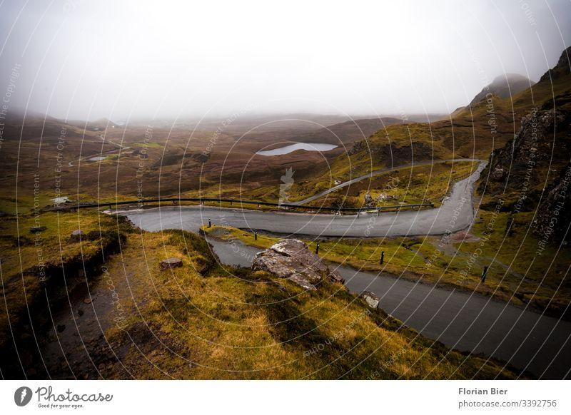 Passstraße in den Highlands Schottlands passstraße Straße Asphalt Verkehr Verbindung Regen schlechtes Wetter nass grau Nebel grün Inselleben Europa Brexit leer