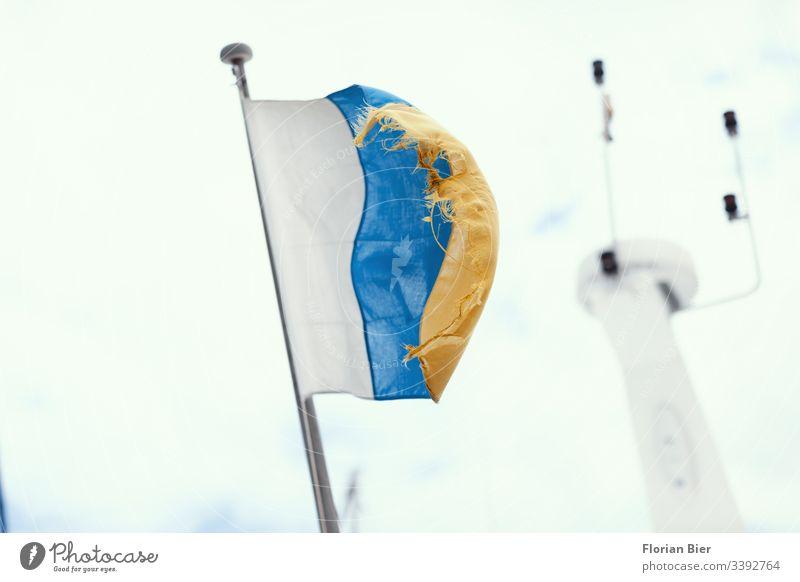 Kanarische Flagge im Wind auf einem Boot Nationalitäten u. Ethnien Stolz Patriotismus Freiheit Tourismus Politik & Staat Zeichen Ferien & Urlaub & Reisen Europa