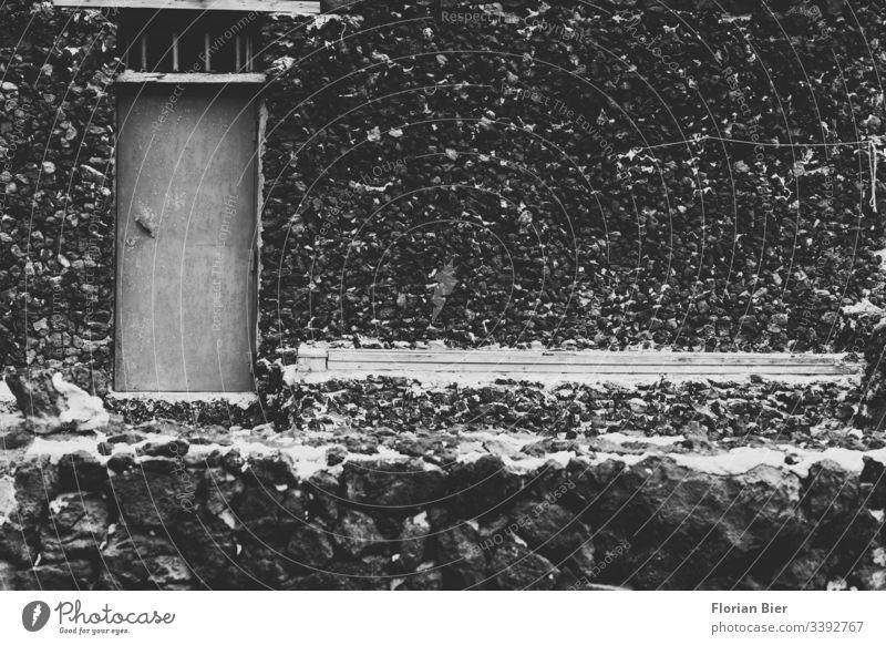 Mediterran gemauertes Häuschen aus Stein ohne Fenster Haus Wohnen mediterran alt Handwerk Tür Eingang einfach detailiert holz rustikal Mauer Fassade Wand