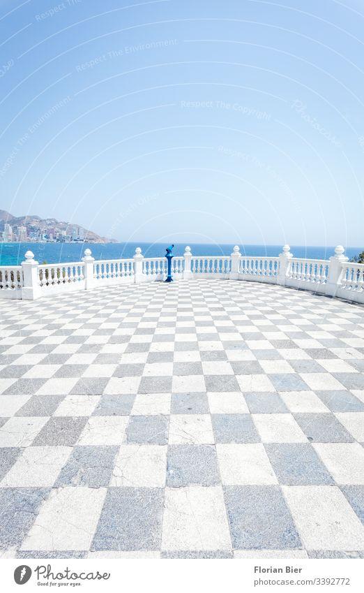 Flacher Blick übers Meer von einem Aussichtspunkt mit Fernrohr wolkenlos Himmel grafisch Horizont flach Beton Leben mediterran Sommer Ferien & Urlaub & Reisen