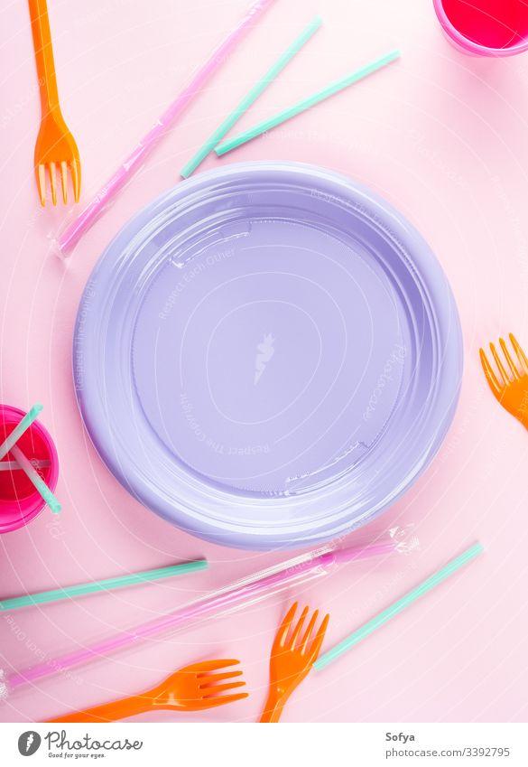 Bunte Einweg-Plastikschale, Strohhalme und Tassen. Pastell- und Neonfarben Einwegartikel Geschirr Kunststoff Rahmen Textfreiraum blanko Speise farbenfroh Teller