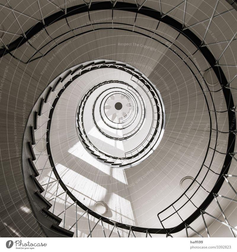 Wendeltreppe mit Schwindelgefühl Kurve kreisrund Menschenleer Leuchtturm Treppenhaus Spirale Haus Abstraktes Muster Architektonische Zusammenfassung
