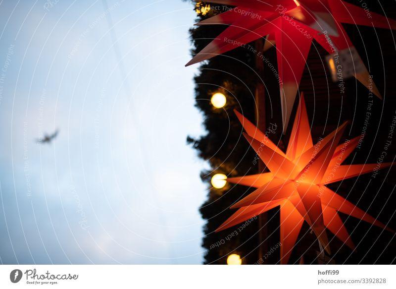 Leuchtender Weihnachtsstern von untern Weihnachtsmarkt besinnlich Tradition Lampe Feste & Feiern orange Farbe Dekoration & Verzierung Weihnachten & Advent gelb