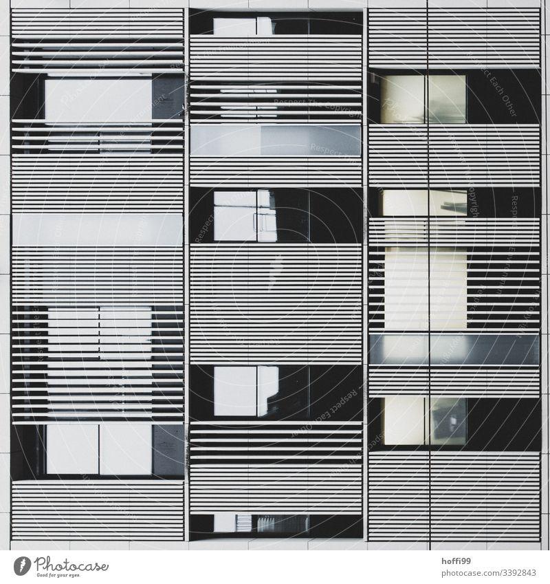 abstrakte Fassade mit spiegelnde Fenstern Hochhaus Bankgebäude Gebäude ästhetisch Symmetrie Surrealismus Licht stagnierend rein Kapitalwirtschaft Ordnung hoch