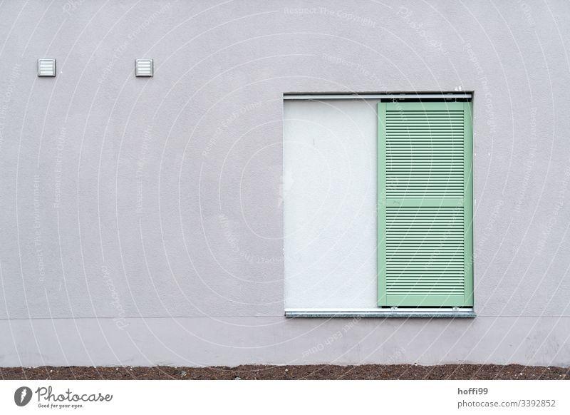 triste graueWand mit grüner Fensterladen Tristesse trostlos graue Wand depressivität Vergänglichkeit Verlassen Zentralperspektive Gedeckte Farben Depression