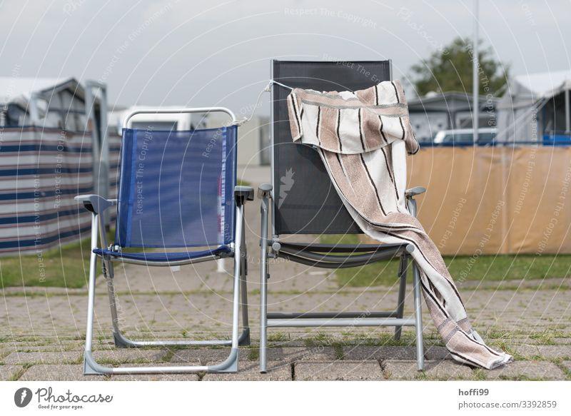 zwei verlassene Campingstühle mit Handtuch Stuhl Stühle minimalismus minimalistisch Minimalismus Menschenleer prollig durcheinander Gegensatz Sitzgelegenheit