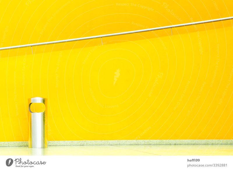 gelbes Treppenhaus mit Geländer und Abfallbehälter aus Edelstahl Gelb Nikongelb gelbe wand Architekturfotografie Treppengeländer hell Design gelber hintergrund