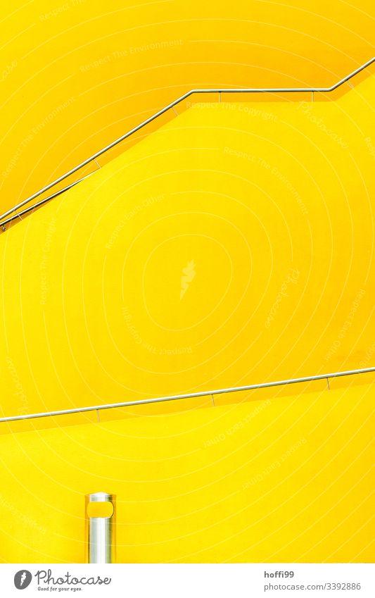 gelbes Treppenhaus mit Geländer und Abfallbehälter aus Edelstahl Gelb gelbe wand Nikongelb Architekturfotografie Moderne Architektur gelber hintergrund