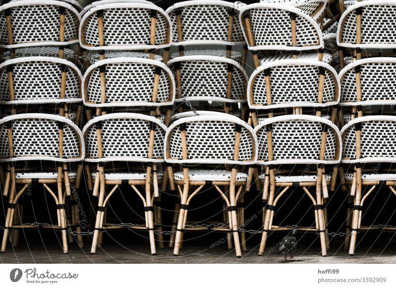 Stapel von Stühlen mit Taube ganz klein ...und die Taube steht auch noch auf einem Bein! Stuhl minimalismus minimalistisch Klappstuhl Stuhlgruppe Stuhlstapel