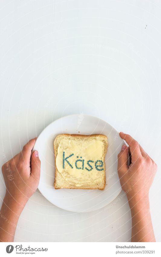 Brot mit Käse weiß Hand lustig Lebensmittel hell Ernährung Kreativität Kommunizieren Armut einzigartig Zukunftsangst Frühstück Appetit & Hunger Reichtum Handel