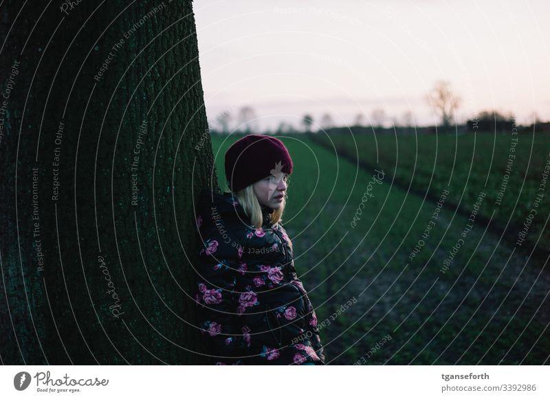trauriges Kind Mädchen Baum Außenaufnahme Kindheit Mensch trauriges mädchen nachdenklich Winter Mütze Menschen Ausdruck ernst Sorge Gefühle