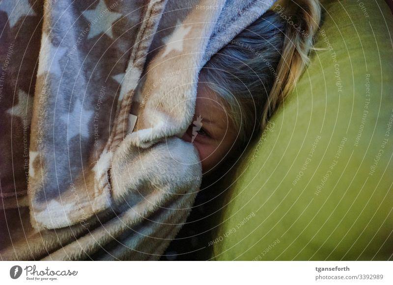 Verstecktes Kind Mensch Mädchen Porträt lachen Farbfoto Freude Glück Lebensfreude Kindheit verstecken Decke Fröhlichkeit Spielen spielend versteckt Familie