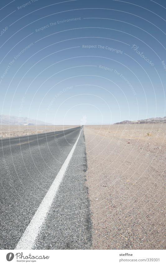 Ein langer Weg nach Haus Wolkenloser Himmel Sommer Schönes Wetter Schlucht Wüste Death Valley National Park USA Straße heiß anstrengen Freiheit Ferne