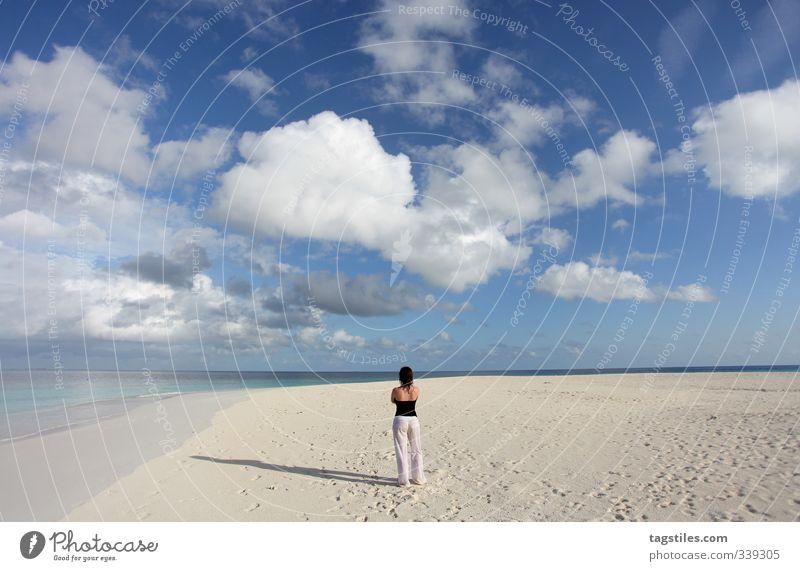 FREIHEIT frei Freiheit Frau Strand Ferne Sand Meer Ferien & Urlaub & Reisen Reisefotografie Tourismus Postkarte Natur Junge Frau Himmel Himmel (Jenseits)