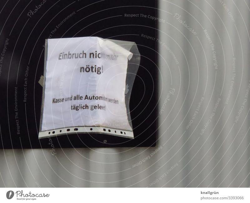 Einbruch zwecklos - Mitteilung in Klarsichthülle am schwarzen Brett Schwarzes Brett Kommunikation Schutz grau weiß Sprache kommunizieren Wort Buchstabe Satz