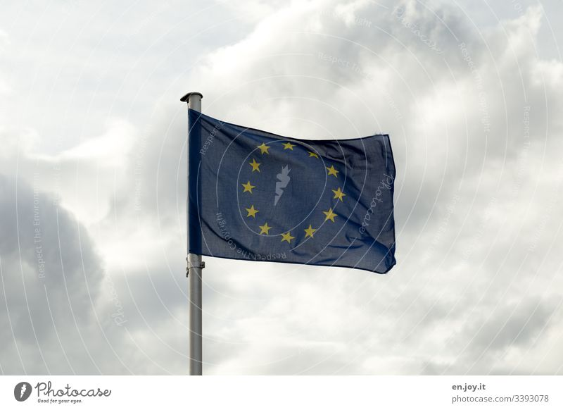 Europaflagge vor bewölktem Himmel Flagge Fahne Europa Europäische Union Blau Wolken Sterne Fahnenmast