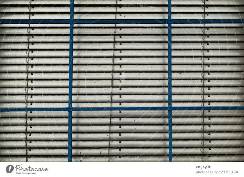 Jalousien hinter Fenster Lagerhalle Gebäudeteil Industrie Fabrik Schmutz Alt Rollladen Faltrolladen Rollo Raffrollo Rafrolladen Glasscheibe Licht Schatten