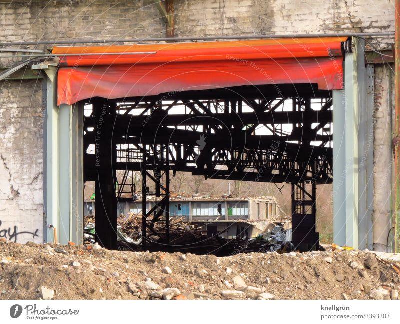 Industrieruine mit großer Toreinfahrt mit roter Plane Menschenleer Industrieanlage alt Außenaufnahme Verfall Farbfoto Fabrik Tag Gebäude Mauer Wand Bauwerk