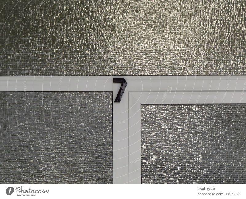 Hausnummer 7 an einer Haustür mit weißem Kunststoffrahmen und Drahtglas Ziffern & Zahlen Außenaufnahme Menschenleer Farbfoto Design modern