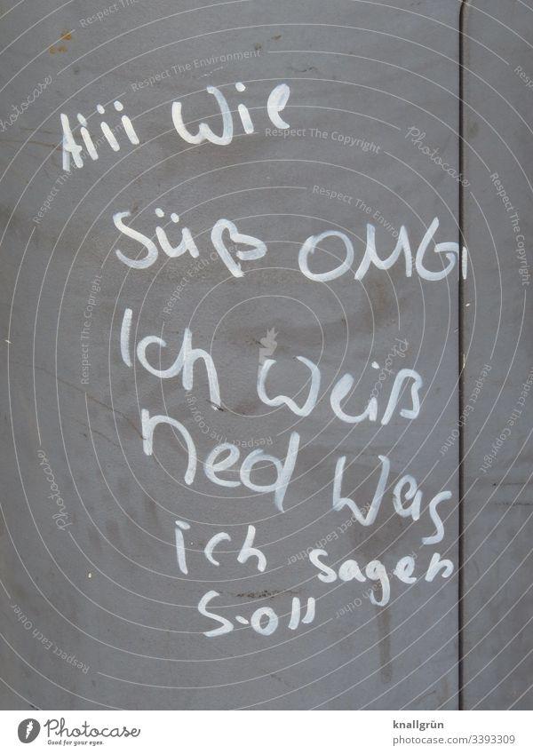 Botschaft eines Teenagers mit weißem Lackstift an einer Laterne silber Schrift Schriftzeichen Außenaufnahme Lateinische Schrift Großbuchstabe Typographie Text