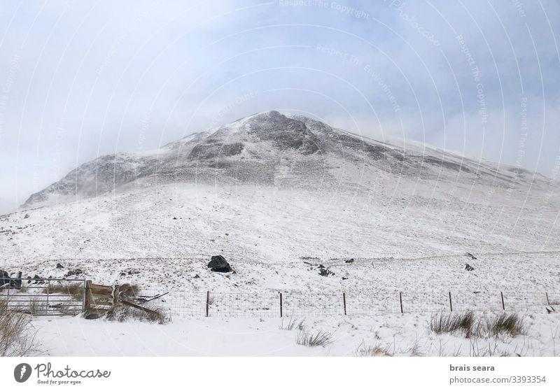 Schottische schneebedeckte Berglandschaft. Cairngorms-Nationalpark, Schottland. Schnee Natur Winter Berge u. Gebirge Winter-Ansicht weiß kalte Witterung wild