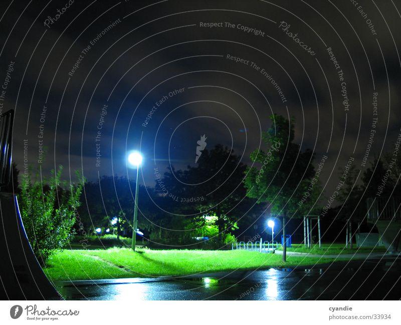 Skate park Nacht Laterne Licht Wiese grün Sportpark langzeitbelichtet Außenaufnahme