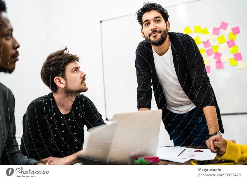 Manager leitet eine Brainstorming-Sitzung. planen Business forschen Mitarbeiter Beruf Zusammenarbeit Blei Tagung Führung professionell Lösung Ideen Stehen