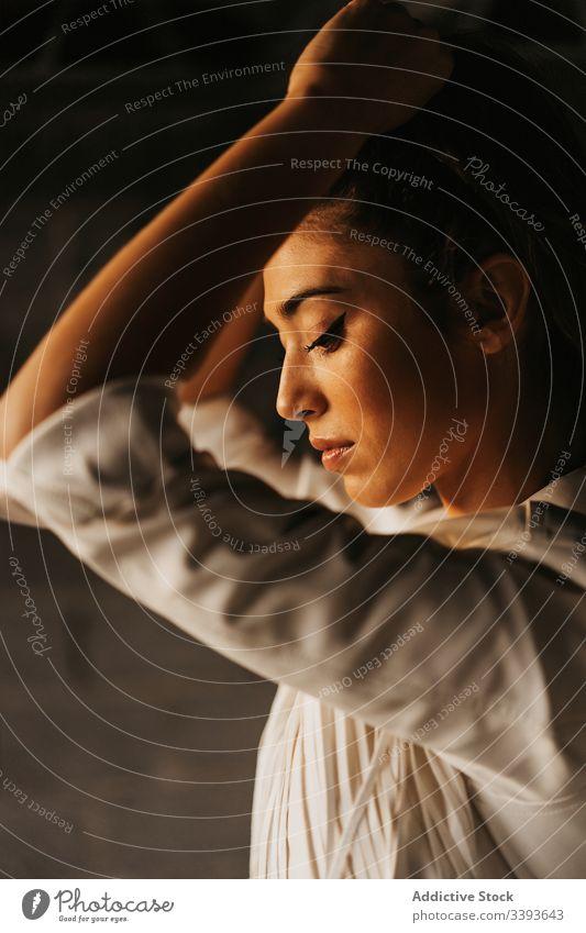 Sensibles junges weibliches Modell in einem verlassenen Gebäude Frau oben ohne verführerisch sensibel Grunge Verlassen sinnlich Haare berühren Angebot brünett