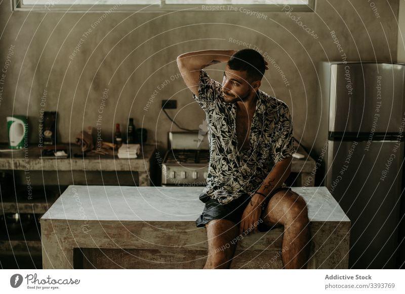 Nachdenklicher Mann ruht auf dem Tresen in der Küche ruhen Abfertigungsschalter nachdenklich Appartement sich[Akk] entspannen Windstille heimisch Morgen