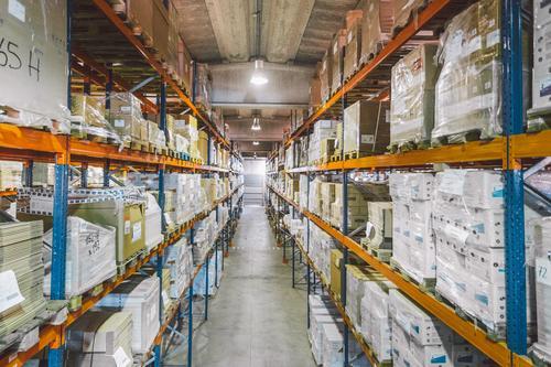 Lagerung mit vielen Kisten Lagerhalle Paket logistisch Container Regal Kasten Durchgang leer Industrie Einrichtung Dienst Ladung Zeitgenosse Konstruktion Job