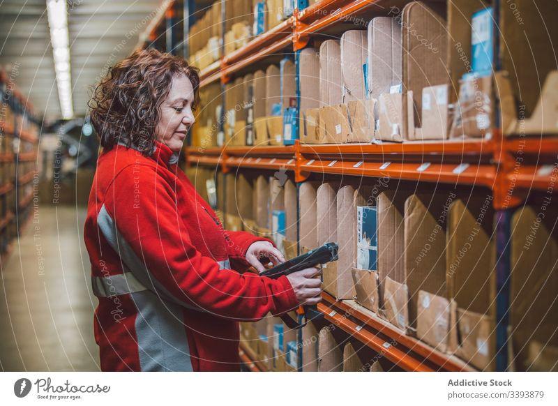 Weibliche Führungskraft des Lagers während der Arbeit Lagerhalle Dienst Paket Frau Mitarbeiter Uniform Lächeln genießen Inhalt Regal stehen Lifestyle Beruf