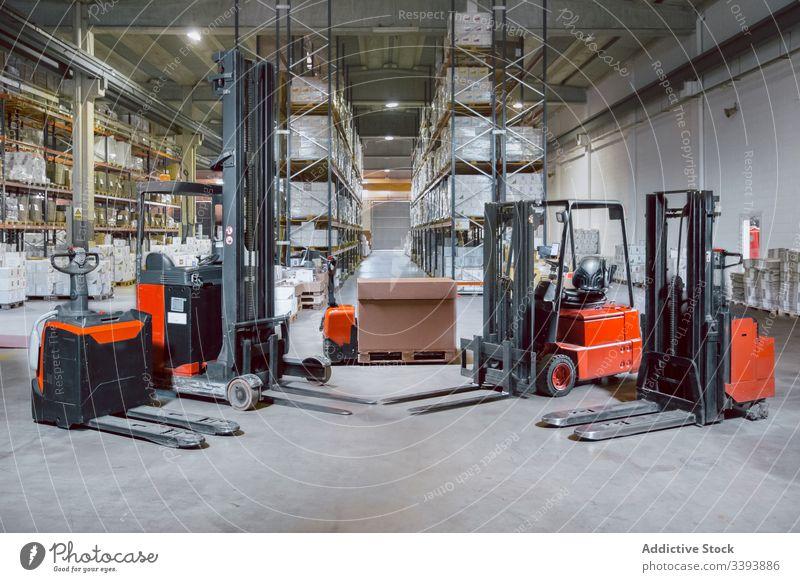 Moderne Ausrüstung in großem Lagerhaus Stapler Lagerhalle Maschine Versand Gerät modern Dienst logistisch Inszenierung Ladung Paket automatisch Prozess