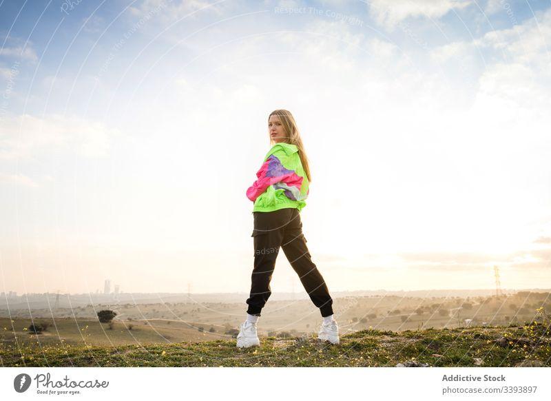 Hipsterin in farbenfroher Sportkleidung auf dem Land Frau Sportbekleidung Natur modern Landschaft blond lässig Sommer Individualität Stil passen cool trendy
