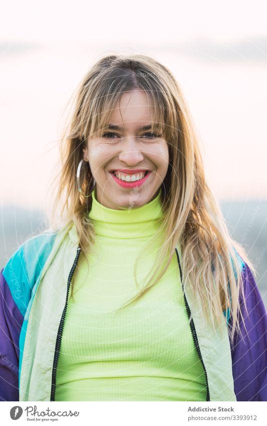 Weibliche Hipsterin in farbenfroher Kleidung auf dem Land Frau Natur modern Landschaft blond lässig Sommer Individualität Stil passen cool trendy lebhaft jung