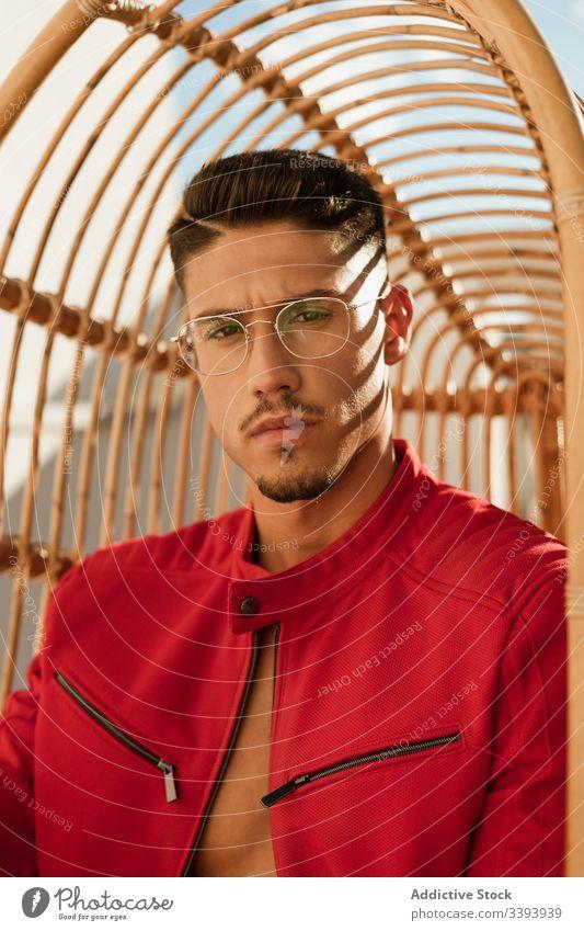 Elegantes männliches Modell mit Brille Mann Körperhaltung schick ernst trendy Jacke Stil Glamour lässig elegant Zeitgenosse Vorschein Accessoire Outfit cool
