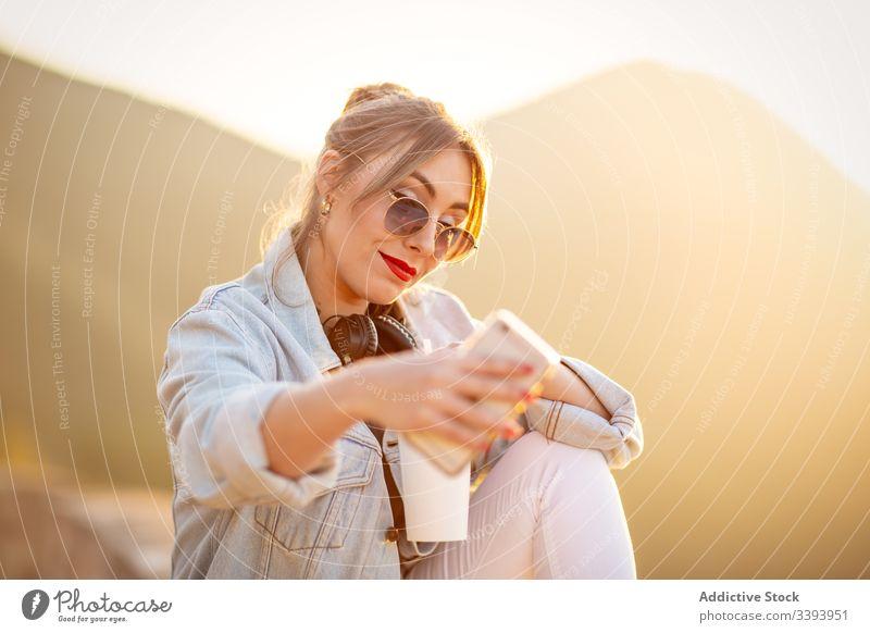 Junge Frau schießt im Urlaub mit Smartphone auf sich selbst schießen Selfie Handy Sonnenbrille lässig Stil Gerät Apparatur sich[Akk] entspannen Glück Dame ruhen