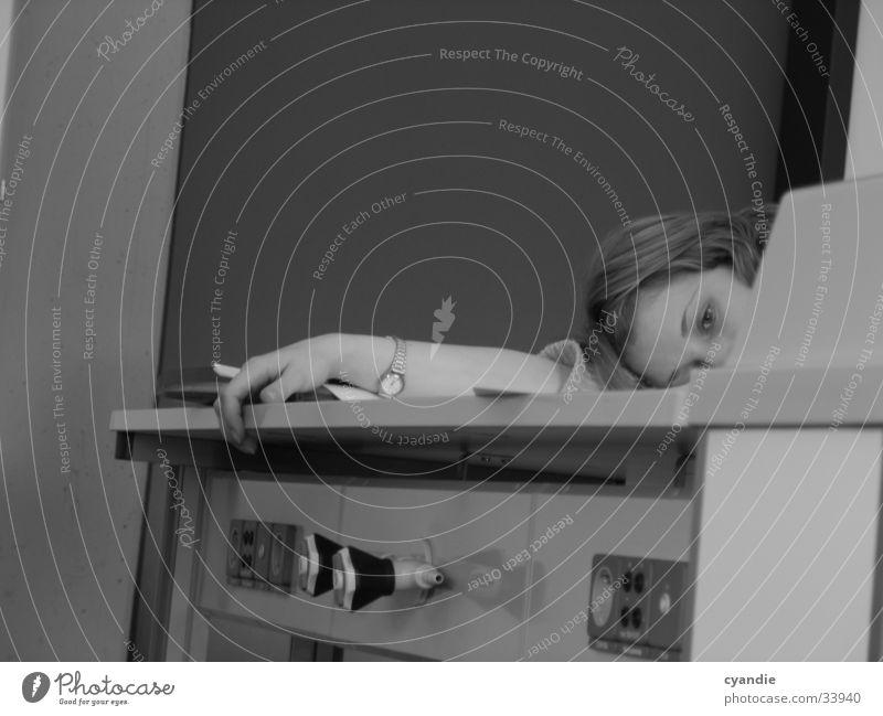 school Mädchen Russen Tisch Frau schlafen blond Schule Erholung Schwarzweißfoto Tischkante Tischplatte