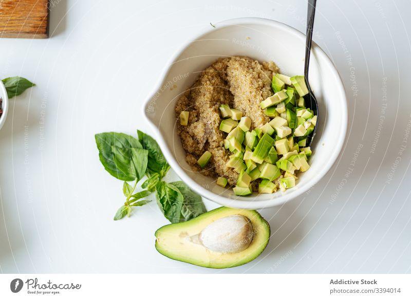 Schüssel mit Quinoa und Avocado Rezept Schalen & Schüsseln Bestandteil Lebensmittel Essen zubereiten Gemüse Gesundheit grün Küche Mahlzeit Abendessen