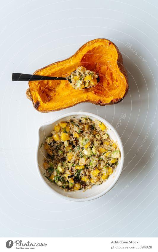 Kürbishälfte und Schale mit Füllung gefüllt Vegetarier Lebensmittel Brotbelag Essen zubereiten gebacken Hälfte Squash Veganer Bestandteil Rezept Butternuss